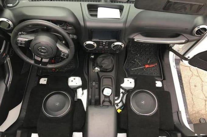 Два сабвуфера под сиденьями автомобиля