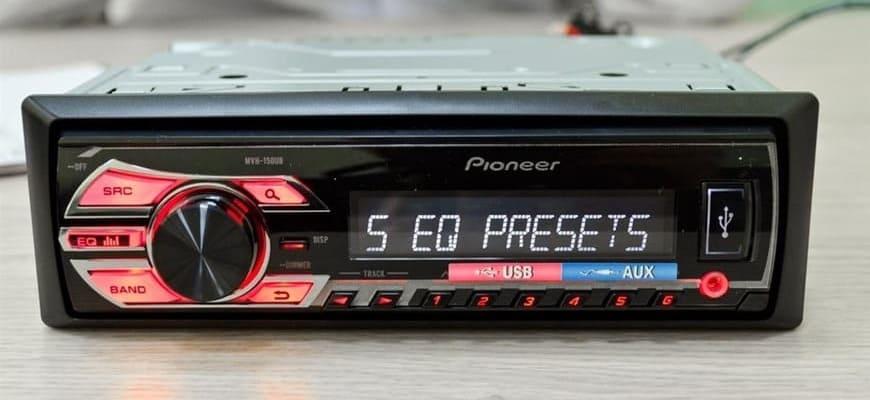 Автомагнитола Pioneer MVH-150UB с красной подсветкой