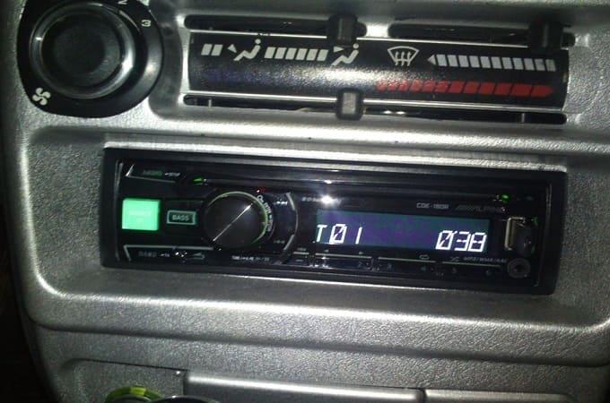 Магнитола Alpine CDE-180R в авто