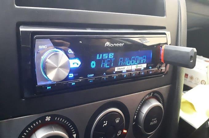 Магнитола Пионер MVH-X580BT в авто