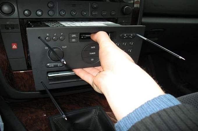 Как снимается магнитола в авто по инструкции