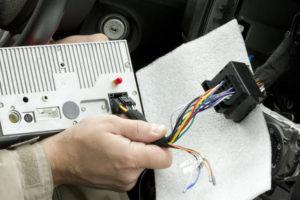 Как правильно установить штатную магнитолу своими руками и схема подключения по цветам проводов в машине