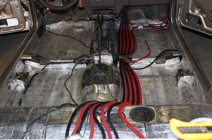 Укладка акустических проводов в авто