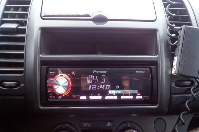 Магнитола Pioneer MVH-X460UI в авто