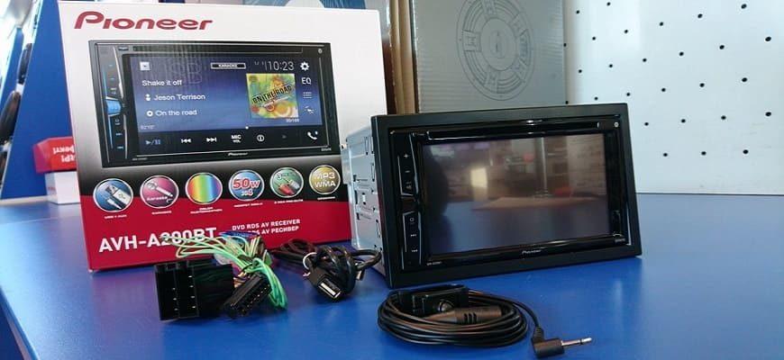 Автомагнитола Pioneer AVH-A200BT весом 1,4 кг